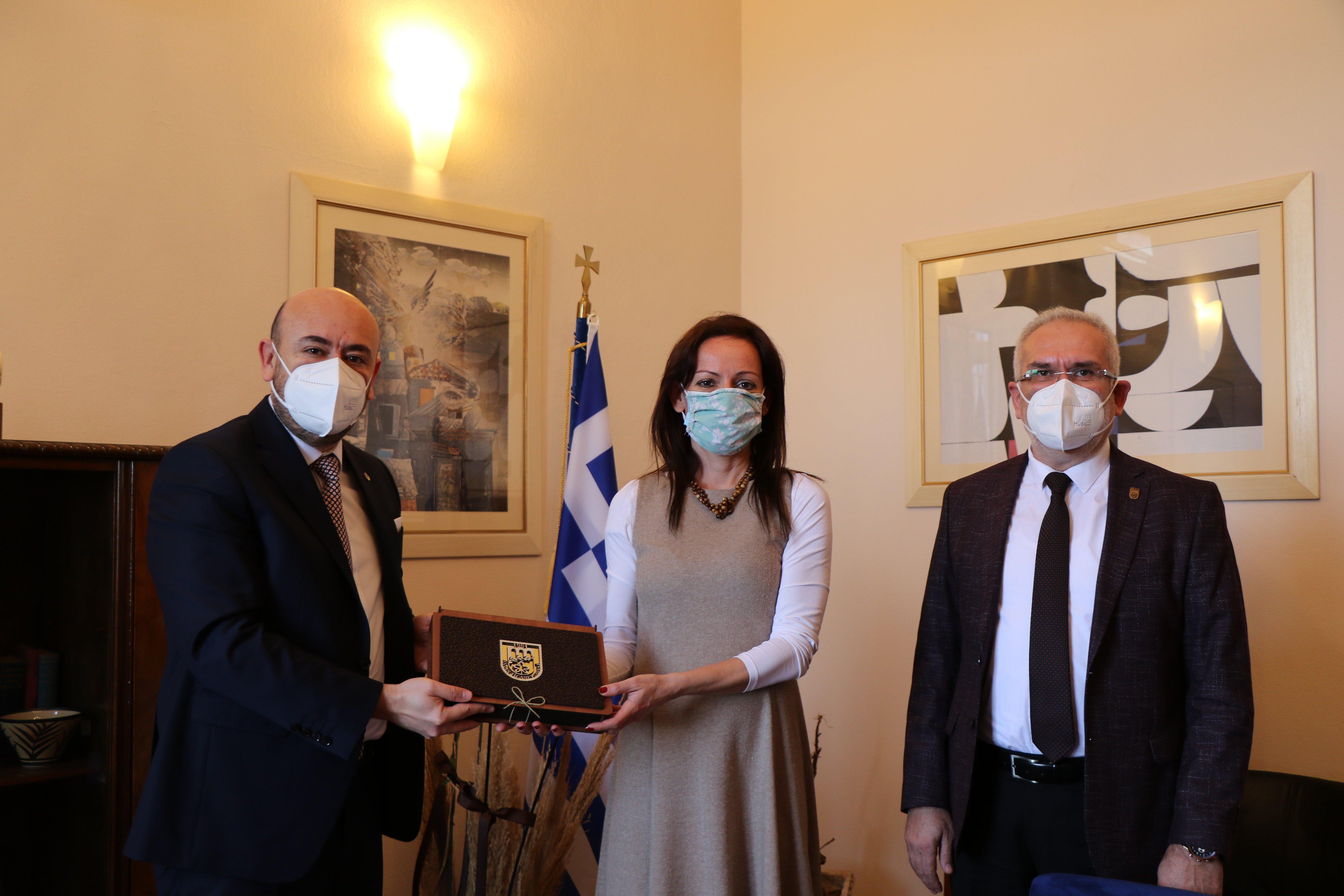 TOBB Yönetim Kurulu üyesi ve Odamız Başkanı Hakan ÜLKEN ve Odamız Meclis Başkanı Coşkun CERİT, yeni görevine başlayan Yunanistan İzmir Başkonsolosu Sayın Despoina BALKİZA' yı makamında ziyaret etti