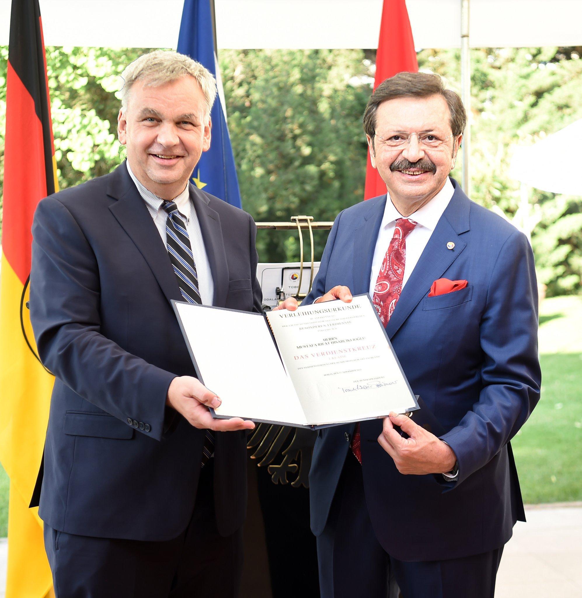 """İş dünyamız adına Almanya Federal Cumhuriyeti tarafından kendisine  """"Devlet Nişanı"""" takdim edilen TOBB Başkanımız Sn. M.Rifat HİSARCIKLIOĞLU'nu kutluyor, ulusal ve uluslararası camialardaki başarılarının devamını diliyoruz"""