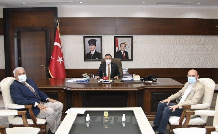 TOBB Yönetim Kurulu Üyesi ve Odamız Başkanı Hakan ÜLKEN, Efeler Belediye Başkanı M.Fatih ATAY ile birlikte Aydın Valimiz Sayın Hüseyin AKSOY'u makamında ziyaret etti.