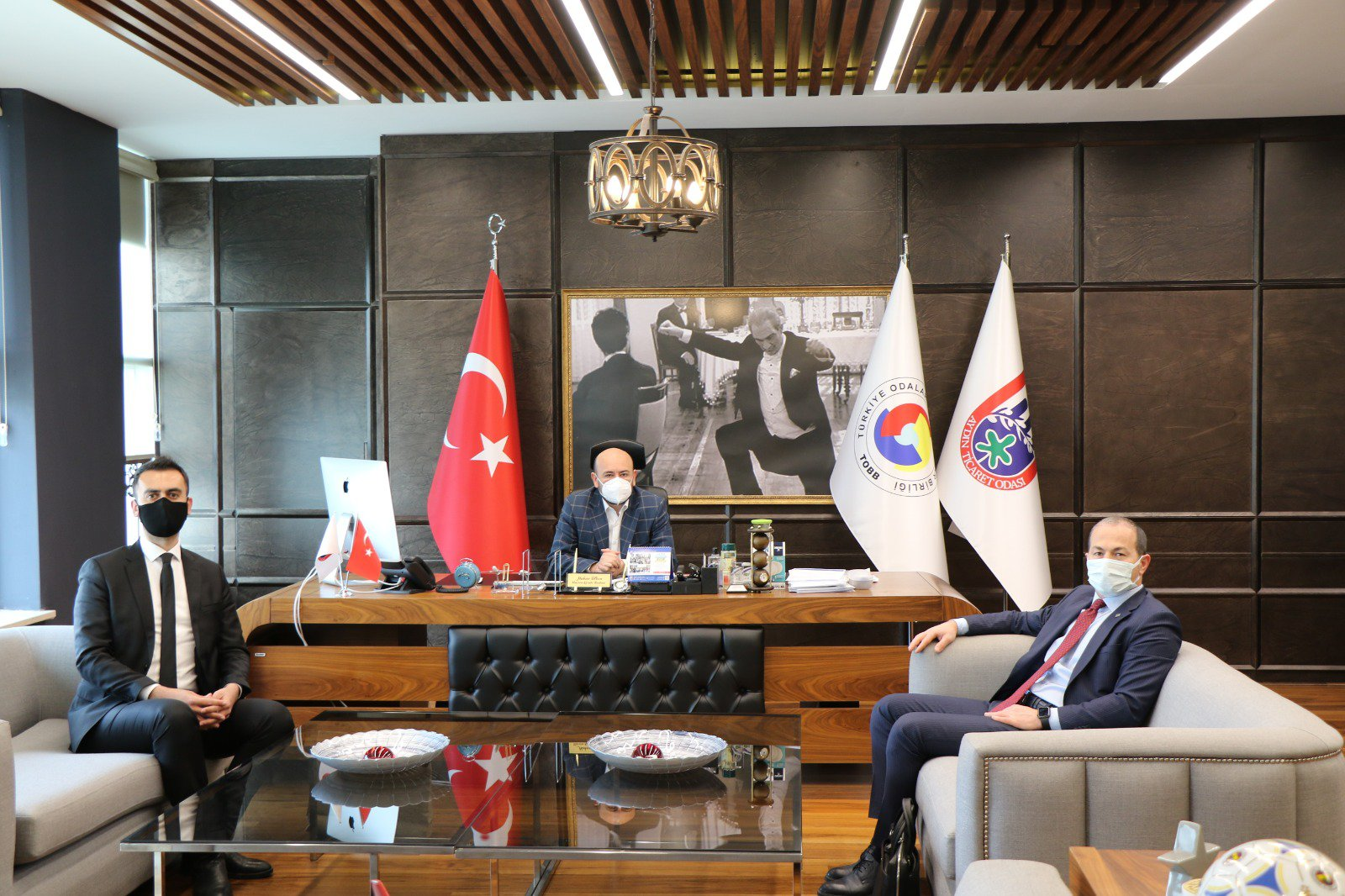 Vakıf Katılım Bankası Kobi Bankacılığı Birim Müdürü Lokman AVCI ve Aydın Şube Müdürü Osman HARMANCI, TOBB Yönetim Kurulu Üyesi ve Odamız Başkanı Hakan ÜLKEN' i makamında ziyaret etti.