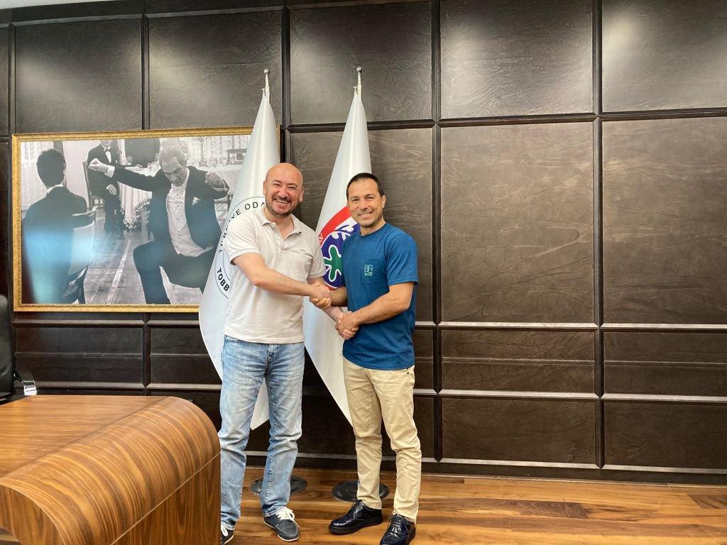 Dünya güreş şampiyonu Şeref EROĞLU, TOBB Yönetim Kurulu Üyesi ve Odamız Başkanı Hakan ÜLKEN'i makamında ziyaret etti